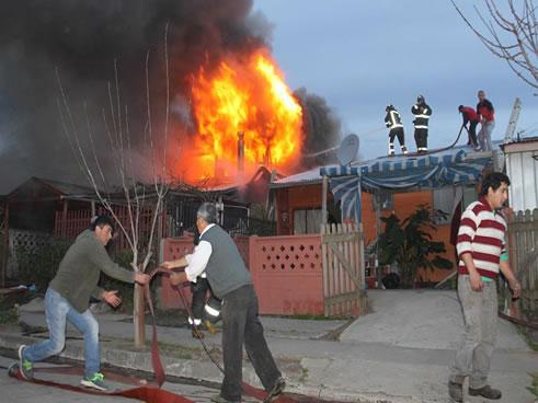Un total de 12 damnificados dejó el violento incendio que destruyó dos viviendas en la población Los Copihues, hecho ocurrido este miércoles aproximadamente a las 17:35 minutos. El siniestro se […]