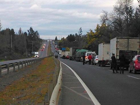 Un extenso atochamiento se provocó esta tarde en kilómetro 590 de la Ruta 5 Sur a la altura de Pailahueque, en la comuna de Ercilla.Allí un grupo de comuneros mapuche […]